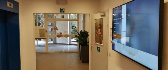 Installation d'un écran à l'accueil dans le but de diriger les visiteurs vers diverses sociétés