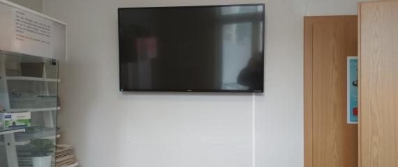Installation en cours à Spa d'un écran en salle d'attente d'un cabinet vétérinaire