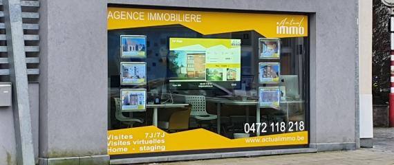 Ecran vitrine haute luminosité à l'agence immobilière Actualimmo à La Louvière