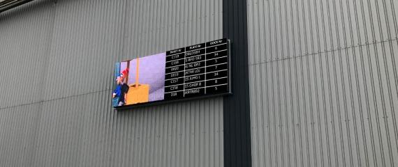 Installation en cours: système de gestion files d'attente pour camions sur écran Led outdoor
