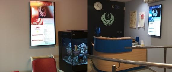 Installation de 3 écrans portrait pour le Cabinet Médical Pégase à Gembloux