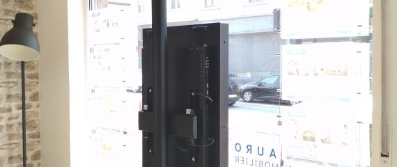 Ecran vitrine exposé plein sud dans une Agence immobilière