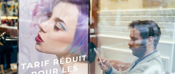 Dynamisez la visibilité de votre salon de coiffure avec un écran en vitrine