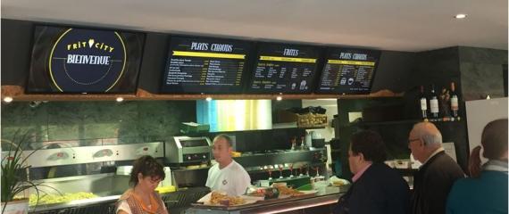 4 écrans installés chez Frit City à Gembloux