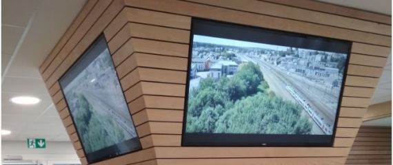 Hall d'accueil équipé de 4 écrans avec la solution Navori