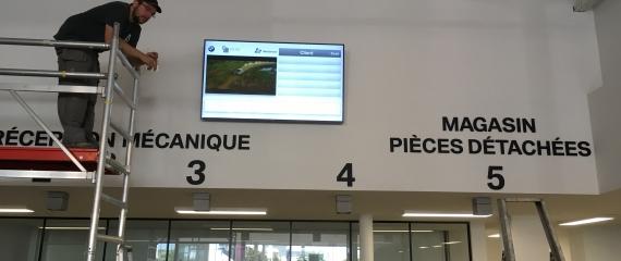 Installation de l'écran pour la mise en place d'un système de files d'attente