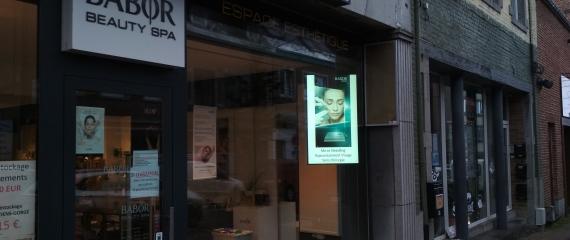 Installation d'un écran vitrine pour un institut de beauté à Ciney