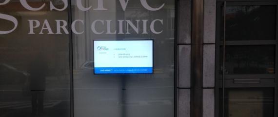 Ecran pour vitrine (luminosité 2 000cd/m²) dans une clinique à Bruxelles