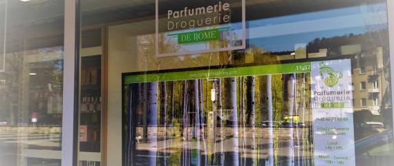 Ecran vitrine au sein de la Parfumerie de Rome à Malmedy