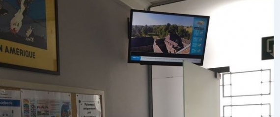 2 écrans avec des conseils dentaires au centre Warocqué à La Louvière