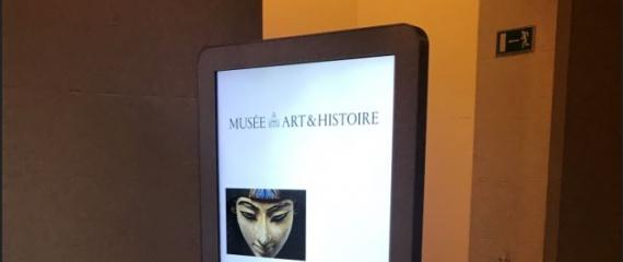 10 totems digitaux installés aux Musées Royaux d'Art et d'Histoire de Bruxelles